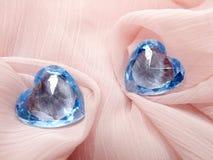 Corações da gema da safira no conceito material de seda do amor Imagens de Stock