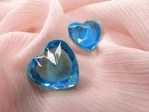 Corações da gema da safira no conceito material de seda do amor Fotos de Stock Royalty Free