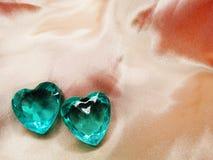 Corações da gema da safira no conceito material de seda do amor Imagem de Stock Royalty Free