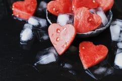 Corações da melancia com os cubos de gelo para o dia do ` s do Valentim Fotos de Stock Royalty Free