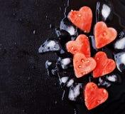 Corações da melancia com os cubos de gelo para o dia do ` s do Valentim Imagem de Stock