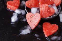 Corações da melancia com os cubos de gelo para o dia do ` s do Valentim Imagens de Stock