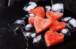 Corações da melancia com os cubos de gelo para o dia do ` s do Valentim Foto de Stock