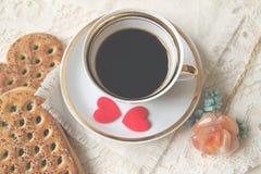 Corações da xícara de café e do feltro vista superior, foco macio Foto de Stock