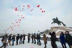 Corações das bolas do lançamento no centro da cidade Imagens de Stock Royalty Free
