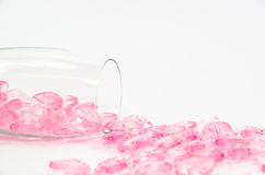 corações de cristal cor-de-rosa de vidro no fundo branco imagem de stock