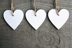 Corações de madeira brancos decorativos do Natal no fundo de madeira rústico cinzento com espaço da cópia Fotos de Stock