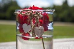Corações de madeira, copo de vidro Fotos de Stock Royalty Free