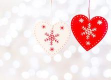 corações de madeira das decorações do Natal que penduram em uma corda fotos de stock royalty free