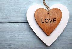 Corações de madeira decorativos em um fundo de madeira azul Dois corações do Valentim Conceito do dia ou do amor do ` s do Valent Foto de Stock