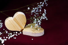 Corações de madeira e flores smal no fundo escuro, Valentim, m Fotografia de Stock