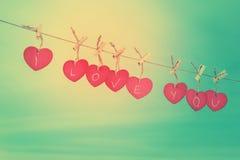 Corações de madeira vermelhos na linha Foto de Stock