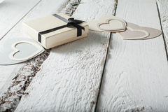 Corações de matéria têxtil feitos do papel e do presente no dia de Valentim de empacotamento preto e branco fotografia de stock