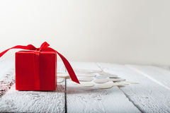 Corações de matéria têxtil feitos do Valentim de empacotamento do presente de papel e vermelho fotografia de stock