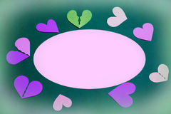 Corações de papel coloridos como um quadro - espaço cor-de-rosa da cópia, fundo verde fotos de stock