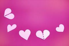 Corações de papel em um espaço cor-de-rosa do fundo e da cópia foto de stock