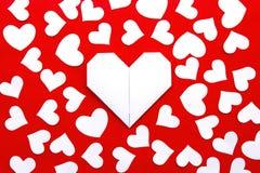Corações de papel no papel Imagens de Stock