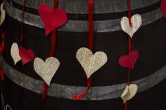 Corações de papel que penduram como a decoração fotografia de stock