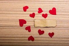 Corações de papel um papel rasgado amarelo Foto de Stock Royalty Free