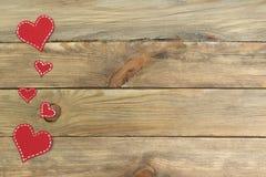 Corações de papel vermelhos em um fundo de madeira Dia do `s do Valentim Copie o espaço Vista superior Imagens de Stock