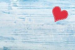 Corações de papel vermelhos em um fundo de madeira Dia do `s do Valentim Copie o espaço Vista superior Fotografia de Stock Royalty Free