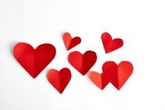 Corações de papel vermelhos isolados no branco Imagem de Stock