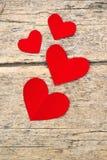Corações de papel vermelhos no fundo de madeira do grunge Fotos de Stock Royalty Free