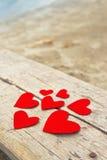 Corações de papel vermelhos no fundo de madeira do grunge Foto de Stock