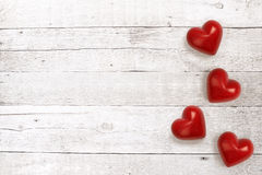 Corações de pedra no fundo de madeira Fotografia de Stock