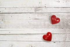 Corações de pedra no fundo de madeira Foto de Stock