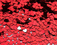 2 corações de prata em um mar do vermelho uns Imagem de Stock