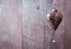 Corações de prata velhos na mesa de madeira, fundo do feriado do vintage, valentine& x27; dia de s Fotografia de Stock Royalty Free