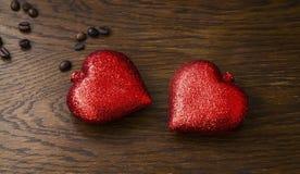 Corações Decoração Glittery dos corações no fundo de madeira romântico foto de stock