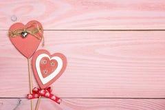 Corações decorativos no fundo de madeira cor-de-rosa Espaço para o texto val Fotos de Stock