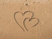 Corações desenhados na areia Foto de Stock