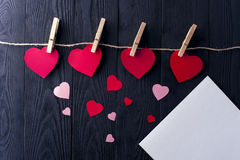 Corações diferentes com pregadores de roupa e a folha branca Foto de Stock Royalty Free