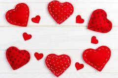 Corações diferentes feitos do pano em uma tabela de madeira Conceito do dia do ` s do amor e do Valentim Imagem de Stock Royalty Free