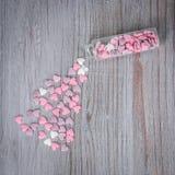 Corações dispersados dos doces Fotos de Stock