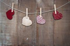 Corações do amor do cartão que penduram na corda com pregador de roupa Foto de Stock