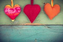 Corações do amor no fundo de madeira fotos de stock royalty free