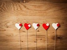 Corações do amor no fundo de madeira da textura Fotos de Stock Royalty Free