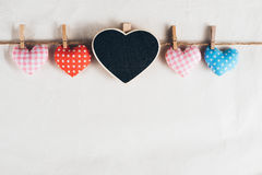 Corações do amor que penduram no fundo de madeira da textura Foto de Stock