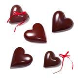 Corações do chocolate e riibbons vermelhos no branco Fotos de Stock Royalty Free