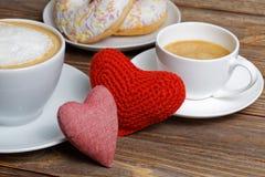 Corações do close up dois e duas xícaras de café Imagens de Stock