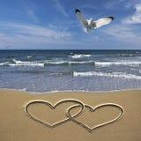 Corações do desenho na areia foto de stock royalty free