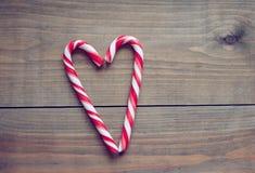 Corações do dia de Valentim em um fundo de madeira Imagens de Stock