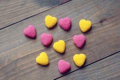 Corações do dia de Valentim em um fundo de madeira Imagem de Stock Royalty Free