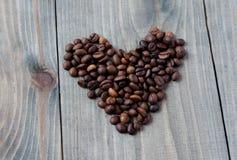 Corações do dia de Valentim em um fundo de madeira Fotografia de Stock