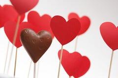 Corações do dia de Valentim em uma vara com coração do chocolate Fotos de Stock