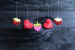 Corações do dia de Valentim no fundo de madeira do vintage foto de stock royalty free
